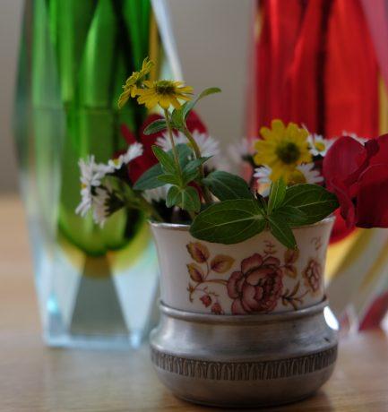 Der Advent hat Plätzchen und Sommerblumen.